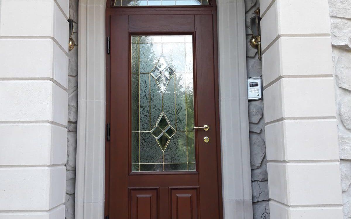 Входные деревянные арочные двери